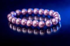 Bransoletka różowe kolor żółty perły z odbiciem Zdjęcia Royalty Free