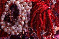 Bransoletka splatająca od czerwonej nici i pereł amulet przeciw złemu oku na nadgarstku od Jerozolima, Izrael zdjęcie stock