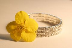 Bransoletka z kwiatem Obrazy Royalty Free
