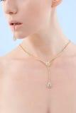 bransoletka złota jej mienia usta kobiety potomstwa Zdjęcia Stock