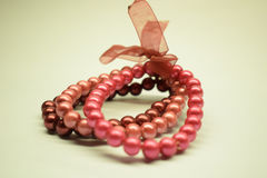 Bransoletka z plastikowymi perłami Obraz Royalty Free