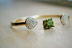 Bransoletka z zieleń kamieniem Obrazy Royalty Free