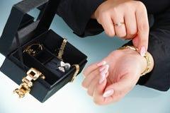 bransoletki żeński ręki kładzenie żeński zdjęcie stock
