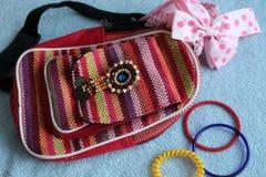 Bransoletki na żeńskim plecaku w ethno stylu i różowym łęku Obrazy Royalty Free