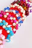 bransoletki przycina zawierać odosobnionej ścieżki ustalonego biel Piękne kolorowe bransoletki z plastikowymi koralikami i liśćmi Fotografia Stock