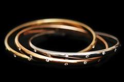 bransoletki złoto wyizolował 3 Fotografia Royalty Free