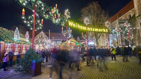 Bransvique, Alemanha - 17 de dezembro de 2017: Iluminações bonitas do Natal em Brunsvique na semana do Natal Lapso de tempo filme