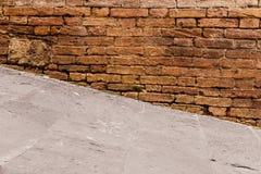 Brant gångbana och gammal vägg arkivfoton