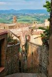 Brant gata i historisk mitt av den Montalcino staden, Val D ` Orcia royaltyfri foto
