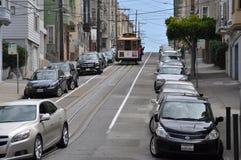 Brant gata med spårvagnen i den ryska kullen, San Francisco royaltyfria bilder