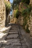 Brant gränd med medeltida hus i Gordes Provence, arkivbilder