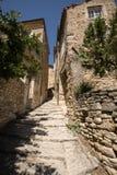 Brant gränd med medeltida hus i Gordes Provence, royaltyfri bild