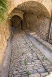 Brant gränd med medeltida hus i Gordes Provence, royaltyfri foto