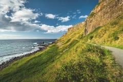 Brant grön lutning med den turist- banan ireland arkivfoton