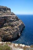 Brant klippa över medelhavet på den södra delen av den Malta ön arkivbild