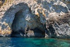 Brant klippa över medelhavet på den södra delen av den Malta ön royaltyfri bild