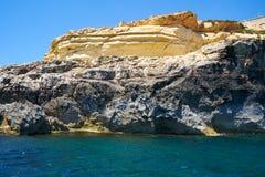 Brant klippa över medelhavet på den södra delen av den Malta ön royaltyfria bilder