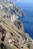 Brant klippa i den Santorini ön royaltyfria foton