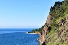 Brant klippa nära Lake Baikal fotografering för bildbyråer