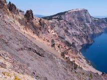 Brant klippa och den blåa krater sjön Oregon royaltyfri fotografi