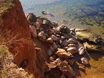 Brant klippa vid havet royaltyfri bild