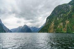 Brant kust i bergen på Milford Sound, fjordland, Nya Zeeland 3 royaltyfria foton