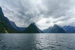 Brant kust i bergen på Milford Sound, fjordland, Nya Zeeland 5 arkivfoto