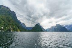 Brant kust i bergen på Milford Sound, fjordland, Nya Zeeland 6 arkivfoton