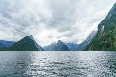 Brant kust i bergen på Milford Sound, fjordland, Nya Zeeland 7 arkivbilder