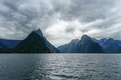 Brant kust i bergen på Milford Sound, fjordland, Nya Zeeland 4 royaltyfri foto