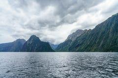 Brant kust i bergen på Milford Sound, fjordland, Nya Zeeland 12 royaltyfria foton