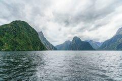 Brant kust i bergen på Milford Sound, fjordland, Nya Zeeland 11 fotografering för bildbyråer