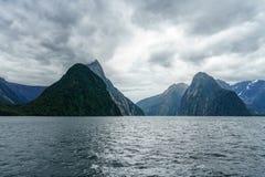 Brant kust i bergen på Milford Sound, fjordland, Nya Zeeland 10 arkivfoton