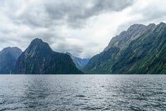 Brant kust i bergen på Milford Sound, fjordland, Nya Zeeland 13 royaltyfria foton