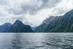 Brant kust i bergen på Milford Sound, fjordland, Nya Zeeland 15 royaltyfria bilder