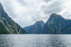 Brant kust i bergen på Milford Sound, fjordland, Nya Zeeland 16 royaltyfria foton