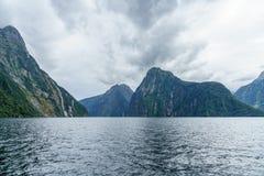 Brant kust i bergen på Milford Sound, fjordland, Nya Zeeland 18 fotografering för bildbyråer