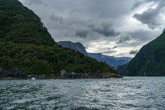 Brant kust i bergen på Milford Sound, fjordland, Nya Zeeland 21 royaltyfri fotografi