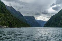 Brant kust i bergen på Milford Sound, fjordland, Nya Zeeland 24 fotografering för bildbyråer