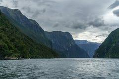 Brant kust i bergen på Milford Sound, fjordland, Nya Zeeland 25 arkivfoton