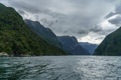 Brant kust i bergen på Milford Sound, fjordland, Nya Zeeland 26 arkivbilder