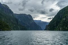 Brant kust i bergen på Milford Sound, fjordland, Nya Zeeland 28 arkivbild
