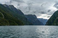 Brant kust i bergen på Milford Sound, fjordland, Nya Zeeland 27 arkivfoto