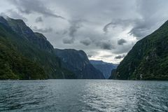 Brant kust i bergen på Milford Sound, fjordland, Nya Zeeland 29 arkivfoton