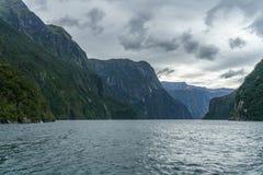 Brant kust i bergen på Milford Sound, fjordland, Nya Zeeland 31 royaltyfria foton