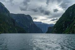 Brant kust i bergen på Milford Sound, fjordland, Nya Zeeland 30 arkivfoto