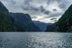 Brant kust i bergen på Milford Sound, fjordland, Nya Zeeland 32 arkivfoton