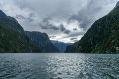Brant kust i bergen på Milford Sound, fjordland, Nya Zeeland 34 arkivbild