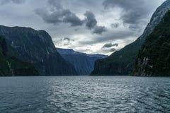 Brant kust i bergen på Milford Sound, fjordland, Nya Zeeland 36 royaltyfria foton