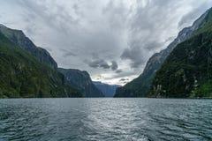Brant kust i bergen på Milford Sound, fjordland, Nya Zeeland 37 arkivfoto